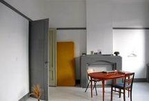 scandinavian interiors / przyjemny kontredans nowoczesnego dizajnu z naturalnymi materiałami- drewnem, wikliną, skórą, wełną i dużymi roślinami doniczkowymi.