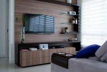 TV stand - TV stolíky / Skrinka pod TV prijímačom vyplní nevyužitý a chýbajúci priestor na ukladanie. Správna skrinka pod televízor by mala poskytovať priestor nielen pre TV a audio video médiá, ale aj úložný priestor pre CD / DVD / Blu-ray disky, káble a celkovo priestor, ktorý zabezpečí poriadok vo vašej obývačke a rýchlu dostupnosť potrebných vecí.