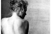 Nu artistique / Pour le plaisir de la beauté, de l'architecture du corps et des jeux de lumière caressant ses courbes.