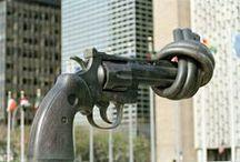 { Cadeaux... du monde } / Il n'est pas inhabituel pour les États Membres et non membres d'offrir des oeuvres d'art aux Nations Unies lors d'occasions particulières (anniversaires de l'Organisation, visites officielles au Siège, etc.). Ces cadeaux, qui sont ensuite exposés sur les prémices du Siège à New York, permettent de mettre en valeur la culture, l'art et les savoir-faire du monde entier. / by Organisation des Nations Unies (ONU)