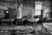 Desolation and abandonment♫ ♪ ♥●•٠·˙ ☯ / Lieux idéaux pour le tournage de films d'horreur, les asiles abandonnés sont parmi les endroits les moins accueillants qui existent. Une série de photos un poil angoissante qui vous permettra de laisser libre court à votre imagination. Frissons garantis !