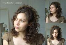 Attacher/Coiffer ses cheveux bouclés / Inspirations et idées coiffures pour attacher ses cheveux bouclés ou frisés : demi-queues, queue de cheval, chignons, tresses....