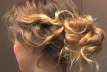 Chignon bouclés, flous, coiffés-décoiffés / Tutoriels, idées coiffures et inspirations sur le chignon sur cheveux bouclés ou frisés, style bohème-chic, romantique, faussement négligé, flou, coiffé-décoiffé...