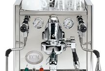 """E C M  M a s c h i n e n / ECM TECHNIKA IV  Der """"Rolls-Royce unter den Siebträgermaschinen""""* und vielfacher Testsieger. Das in aufwändiger, handwerklicher Perfektion gearbeitete Edelstahlgehäuse überzeugt durch seine reduzierte Linienführung und seine einzigartige Eleganz."""
