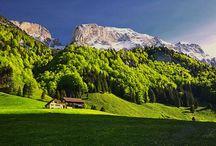 F e r i e n  i n  A p p e n z e l l / Der Säntis ist mit 2'501,9 m ü. M. der höchste Berg im Alpstein (Ostschweiz). Durch die exponierte, nördlich vorgelagerte Lage des Alpsteins ist der Berg eine von weither sichtbare Landmarke. So gibt es beispielsweise im Schwarzwald Häuser mit dem Namen Säntisblick. Vom Säntisgipfel aus kann man in sechs verschiedene Länder sehen: Schweiz, Deutschland, Österreich, Liechtenstein, Frankreich und Italien.[1]