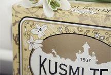K u s m i  T e a /  Als Hommage an seine russische Herkunft bietet das Haus Kusmi Tea Zucker in Form der berühmten Matrjoschka-Puppen an. Diese Gourmet-Zucker sind in weiblicher und männlicher Ausführung erhältlich und verleihen den leckeren Kusmi Tea-Teemischungen einen romantischen Touch. Sie werden in einer eleganten weißen Schachtel mit dezentem Golddekor präsentiert und sind das ideale Geschenk für besondere Anlässe, zu denen Tee kredenzt wird.