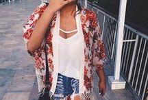 Amamos kimonos! <3 / Eles vieram pra ficar e a gente ama de paixão! Não tem produção monótona quando estamos usando um kimono, até um simples biquíni fica incrível! Para combinar, você pode apostar em uma grande variedade de sapatos, como as anabelas e sandálias de salto  em ocasiões especiais ou no dia a dia usar opções mais confortáveis, como as espadrilles, rasteiras, sapatilhas e birkens.