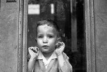 Vivian maier / Vivian Maier é um caso claro de descoberta póstuma. Era babá, viveu em Chicago e Nova York e até então eram só essas as informações sobre a vida de mais uma mulher que viveu na década de 1960. Mas Vivian era diferente, ela fotografava. Ninguém sabia disso. Até que em 2007 o corretor de imóveis e historiador John Maloof, que procurava material sobre o bairro em Chicago que vivia, esbarrou em um leilão e deu um lance numa caixa de fotografias urbanas dos anos 1950 e 1960.