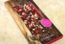 Rosi´s Schokoladen / handgeschöpfte Edel Cuvé Schokoladen von Rosi´s Alm in Kitzbühel! in verschiedenen Sorten wie Zartbitter-, Vollmilch-, Weiße Schokolade, von hand bestreut mit Köstlichkeiten aus der Natur und zum Teil hauchdünn gefüllt!