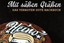 """HEINO - Mit süßen Grüßen Das verboten gute Backbuch  / Heino ist Kult, und das schon seit rund 50 Jahren. Jetzt zeigt Heino, dass er auch backen kann! In seinem brandneuen Buch """"Mit süßen Grüßen"""" verrät der gelerne Konditor seine 50 Lieblingskuchen-Rezepte, einfach nachzubacken und immer kultig. Natürlich darf die klassische Heino-Haselnuss-Torte nicht fehlen, dazu gibt es die """"Schwarze Barbara"""", den """"Caramba-Caracho-Whiskykuchen"""" und die """"Blaue-Enzian-Torte"""". Ein einzigartiges Backbuch mit Kultstatus für Jung und Alt. Hossa!"""