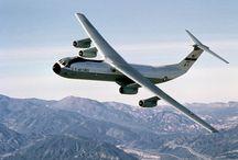 C 141 Starlifter / O Lockheed C-141 Starlifter foi um avião de transporte militar estratégico que ficou a serviço da Força Aérea Americana. Introduzido no lugar do lento Lockheed C-124. O C-141 foi desenvolvido em 1960 e fez o primeiro voo em 1963. Wikipédia