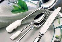 Die Festtafel / Nie aus der Mode, immer am Zahn der Zeit. Mit Silber setzen Sie glänzende Akzente am stilvoll eingedeckten Tisch. Egal, ob zum besonderen Anlass oder im Alltag, hier finden Sie einige Inspirationen für wunderschöne, gemeinsame  Momente am Esstisch.
