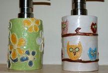 Do łazienki - mydelniczki, kubki, dozowniki / wyposażenie łazienki, ceramika, kubki, mydelniczka, dozownik do mydła, komplet łazienkowy