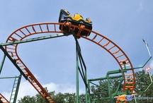 Holly's Wilde Autofahrt - Holiday-Park (Allemagne) / Photos du Roller Coaster Holly's Wilde Autofahrt situé à Holiday-Park (Allemagne). Plus d'information sur notre site http://www.e-coasters.com !! Tous les meilleurs Parcs d'Attractions sur un seul site web !! Découvrez également notre vidéo embarquée à cette adresse : http://youtu.be/ShyMfYr7WPw