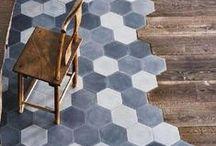 Sols mix and match / Mariage des matières et des couleurs au sol : carrelage, carreaux de ciment, béton, bois.