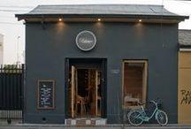 Restaurant Delicatessen / Adobe y madera suman  detalles en cada rincón de la obra.
