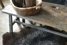 Oud houten bankjes en krukjes Met Landelijk Label / Stoere, doorleefde bankjes en krukjes van oud hout.
