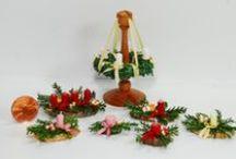 Weihnachtsdekorationen im Maßstab 1:12 (Christmas Miniatures Scale 1:12 - handmade) / Weihnachtsdekorationen 1:12 verarbeitete Naturmaterialien wie Echtwachs, Islandmoos, kleine Birkenholzscheibchen und Eichelhütchen u.ä. (Eigenkreationen & Handarbeit)