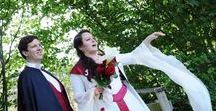 Mariage Médiéval / Découvrez la robe médiévale d'Harmony et l'ensemble d'Arnaud, ce qui m'a inspiré pour ces tenues, ainsi que des idées pour assortir les accessoires, le maquillage ou la déco de mariage - - - - - #robedemarieerouge #roberouge #robebordeau #robemedieval #mariagemedieval