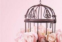 TENDENCIAS: Jaulas!! / Las jaulas son esas pequeñitas cárceles creadas para retener con nosotros, el trino de los pájaros!. Hoy, son piezas indispensables en decoración, son tendencia!, SON MARAVILLOSAS!