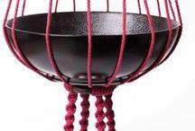 Suspension en macramé rouge et noir ByMadjo 3 étages H 1m63 / Suspension en macramé modèle Venus ByMadjo. 3 étages, coton rouge framboise, perles bois marron, saladier en grès noir