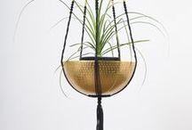 Suspension plante macramé Noir et doré ByMadjo H 1m50 / Suspension plante macramé 2 étages modèle Ganesh ByMadjo. 2 étages, coton noir, perles doré, saladiers métal martelé doré
