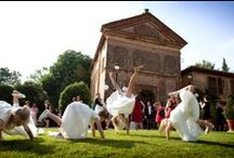 F&D / A spring lunch in the countryside inspired to traditional medieval wedding receptions with long tables in a square.