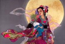 CAROLINE R. YOUNG / El arte de Caroline R. Young se centra en interpretar el drama, el romance y la magia de la mitología y la historia de la antigua China y Japón. Nació en Hong Kong y se mudó a Hawai para asistir a la Universidad de Hawai, con especialización en francés. Conoció a Lam Oi Char, mentor poderoso que la inspiró a dedicarse al arte y a convertirse en un profesional. En 1983, pintó una serie de mujeres japonesas en traje tradicional, con un chorro de colores que captó el interés de Imágenes...