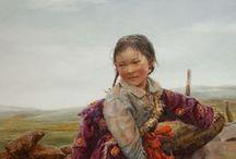 Donna Donghong Zhang / Nació en la provincia de Jilin de China en 1958. Le gustaba el arte desde temprana edad, recuerda que de niña juguetona le gustaba dibujar la  expresión  de sus amigos  ante los nuevos zapatos o los juguetes. Más tarde se fue a estudiar arte durante unos 13 años y  consiguió un gran  dominio en las técnicas de grabado. Donna empezó a trabajar como profesora de arte, primero en un instituto en China en la década de 1980, y durante los 90  continuó sus estudios en la Universidad de Saitama .