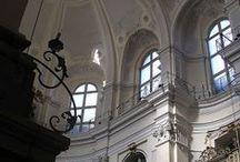 Le baroque à Turin - Les églises / La ville pendant le XVIIe et XVIIIe siècle connaît un renouveau architectural surprenant grâce à l'oeuvre d'architectes très réputés, comme Castellamonte, Juvarra et beaucoup d'autres, qui favorisent la création d'une ville élégante, avec des parcs, des jardins, des grands boulevards et 12 km d'arcades où les Turinois se promènent à l'abri de la pluie. Les églises, comme les châteaux, les hôtels particuliers des nobles, témoignent de ce renouveau architectural et de cette richesse culturelle.