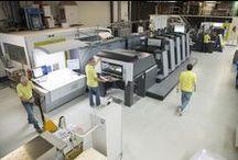 Eigen productie | Offset / Wij produceren ons drukwerk op Anicolor Heidelberg offset persen die zowel full colour als PMS drukken. De persen hebben slechts tien vellen nodig om het drukwerk te starten waardoor een enorme milieuwinst wordt gerealiseerd.
