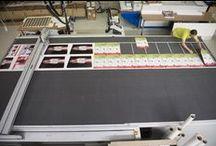 Eigen productie | Grootformaat / Posters, banners, vlaggen, canvas, stickers... We printen het allemaal op een van onze grootformaat printers. Onze printers kunnen tot 2,5 meter printen, zo van de rol af. Dankzij de nieuwste printtechnieken is zogenaamde banding (strepen) verleden tijd.