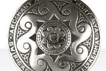 Bijoux Celtiques / Les principaux thèmes que vous retrouverez dans cette galerie seront liés à la culture bretonne et celtique dont nous nous inspirons dans la création de nos bijoux Kelt : triskell, armoiries, blasons, hermines, cœurs, oiseaux ou purement graphiques : soleil, chaîne de vie, plume de paon… #Triskell #FleurdeLys #Spirale #Esse #Hermine #Nomade  #6paysCeltes #AnneaudeCladdagh #CroixCeltique #CroixJannette