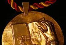 Premio Miguel de Cervantes / Se trata del galardón más importante de la lengua castellana. Se concede a la labor creadora de los escritores españoles e hispanoamericanos cuyas obras literarias enriquecen la lengua española. Los Reyes de España lo entregan desde el año 1976 en el Paraninfo de la Universidad de Alcalá de Henares. Es otorgado por el Ministerio de Cultura de España.