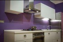 Cucina Free Larix / Free Larix, Cucina con anta in legno multistrati placcato con formica Larix e scocca in legno multistrati bilaminato bianco. Prodotta da Furleo Cucine