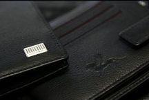 Mano - LINEA / LInea, lat. Linie: Feine dunkelrote Linien in der Inneneinrichtung unterstreichen raffiniert die Aussage dieser Serie. Nur die feinste Lederselektion genügt dem Anspruch von Linea! Diese Serie wurde aus hochwertigem Rindnappa-Leder gefertigt. Mehr Informationen finden Sie auch auf unserer Webseite www.mano1919.de