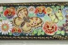 TATIANA LAKOVLEVA-RUSSIAN HAND LACQUER MSTERA BOX & 3 THIMBLES WITH FLOWERS AND BUTTERFLIES / The beautiful papier-mache lacquer box & thimbles are hand painted in Egg Tempera and gold by a talented Russian artist from the village of Mstera.
