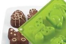 Domowe wypieki z Pavoni / Włoskie formy PAVONI są testowane przez najlepszych mistrzów cukiernictwa. Produkty Pavoni są bezpieczne, spełniają normy dopuszczające do kontoktu z żywnością. Pavoni zastosowało silikon w tradycyjnych akcesoriach kuchennych, co pozwoliło zwiększyć ich funkcjonalność. Silikonowe formy są nietoksyczne i charakteryzują się brakiem zapachu. http://modernform.pl/Pavoni-m215.html?2