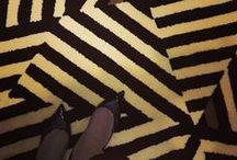 Coleção Kimera /  A Santa Mônica, referência em qualidade e variedade na produção de tapetes e carpetes, lança nova coleção de tapetes exclusivos, batizada de Kimera. A linha é composta por 6 modelos diferentes, que, com desenhos geométricos, provocam ilusão de ótica.   Os nomes das peças são baseados nas sensações que cada modelo transmite, como por exemplo, a Teia, que é a reprodução das redes que as arranhas fazem, além de Ondas, Pulso, Vibra, Hipnose Rubi.