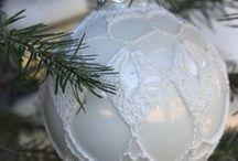 Kerstballen & hangers haken / Kerstballen voorzien van een gehaakt jasje http://haak-in.blogspot.nl/2013/11/inhaken-op-de-winter-is-verzonden.html