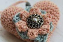 Crochet hearts / Harten en hartjes haken, gratis patronen te vinden op het blog van MrsHooked (Inhaken)