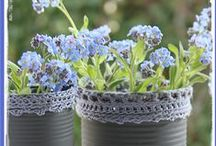 Haken om blik / Oude conservenblikken voorzien van een gehaakt randje gevuld met vergeet-me-nietjes, lavendel of waxinelichtjes