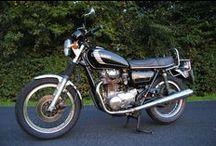 Auto + Motorrad / Schöne Bilder des Mercedes Typ W123 & der Yamaha XS 650, Typ 447