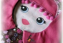 Poupées coussins orientales / des poupées qui peuvent servir en déco comme coussins mais aussi en poupée pour faire des calins. A s'offrir ou à offrir à une jolie princesse! Elles font parties de la collection de poupées Khamsa (main de Fatima renversée) de L¨As Créations