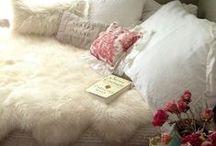 Vachten in de slaapkamer / Slaapkameridee   koeienhuid, schapenvacht, diverse vachten voor op de slaapkamer.