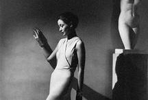 George Hoyningen-Huene  / Le baron Georg von Hoyningen-Huene - dit George Hoyningen-Huene (Saint-Pétersbourg 1900 - Los Angeles 1968) - est un photographe de mode fécond des années 1920 et 1930. Il est né en Russie dans une famille allemande de la Baltique. Il passa sa vie en France, en Angleterre et aux États-Unis, où il prit la nationalité américaine.En 1925 (Age 24) Chief of photography for Paris Vogue...J'adore !!!