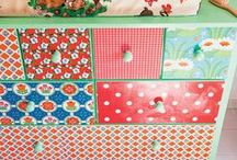 Plakfolie  / Bij Plakfolie Webshop heb je keuze uit 1001 verschillende soorten plakfolie! Hip plakfolie met bloemen, ruitjes of stippen. Plakplastic voor kinderen of met speciale structuren in graniet, hout of marmer. Uitgekeken op dat oude kastje of dat lelijke tafeltje? Niet meteen weggooien! Probeer 'm eens te restylen met plakfolie! Je zult versteld staan hoe leuk het is om oude meubeltjes weer van een frisse look te voorzien!