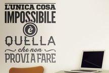 Stickers Murali Frasi in Italiano / Stickers murali con frasi ideale per decorare la parete della vostra casa o di lavoro. Camera, soggiorno, cucina ... tutti gli spazi può essere decorata. By StickersMurali.com