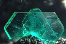 Chalcophyllite / Arséniate : Cu++18Al2(AsO4)3(SO4)3(OH)27•33(H2O)