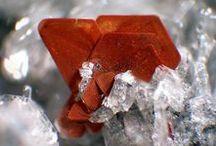 Biotite (Sous-Groupe des Micas) / Biotite, Phlogopite, Tetraferriphlogopite, Fluorophlogopite, Annite, Fluoroannite, Shirozulite, Siderophyllite, Eastonite, Hendricksite, Lepidolite, Polylithionite, Trilithionite, Tainiolite, Zinnwaldite, Norrishite, Masutomilite, Aspidolite, Wonesite, Preiswerkite, Ephesite